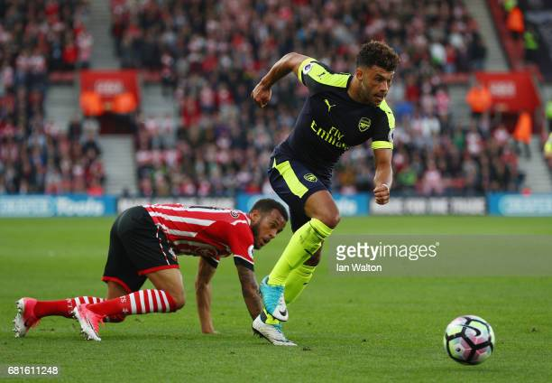 Alex OxladeChamberlain of Arsenal goes past Nathan Redmond of Southampton during the Premier League match between Southampton and Arsenal at St...