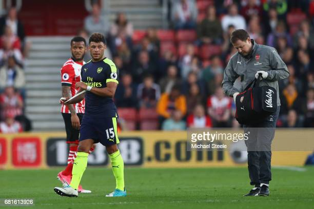 Alex OxladeChamberlain of Arsenal leaves the field injured during the Premier League match between Southampton and Arsenal at St Mary's Stadium on...