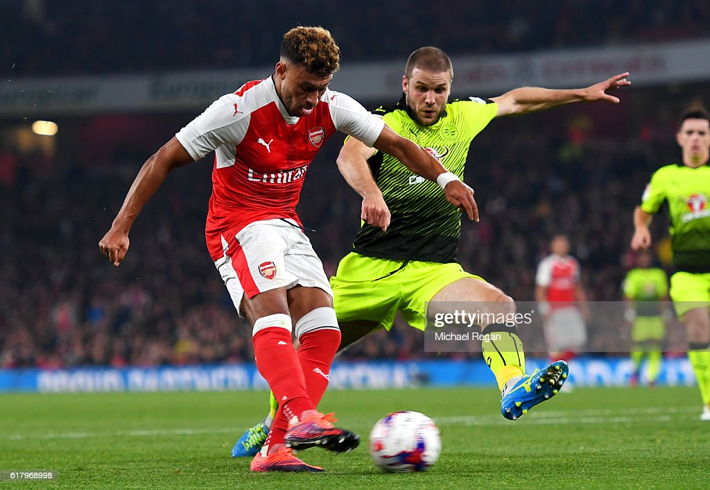 Alex Oxlade-Chamberlain of Arsenal (L) scores his sides first goal during the EFL Cup fourth round match between Arsenal and Reading at Emirates Stadium on October 25, 2016 in London, England.