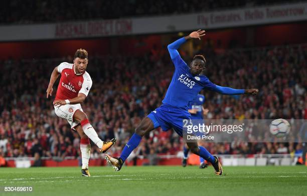 Alex OxladeChamberlain of Arsenal shoots past Wilfred Ndidi of Leicester during the Premier League match between Arsenal and Leicester City at...