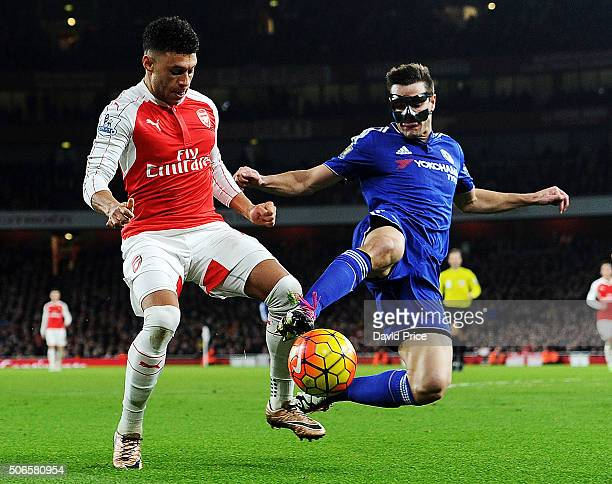 Alex OxladeChamberlain of Arsenal takes on Cesar Azpilicueta of Chelsea during the Barclays Premier League match between Arsenal and Chelsea Emirates...