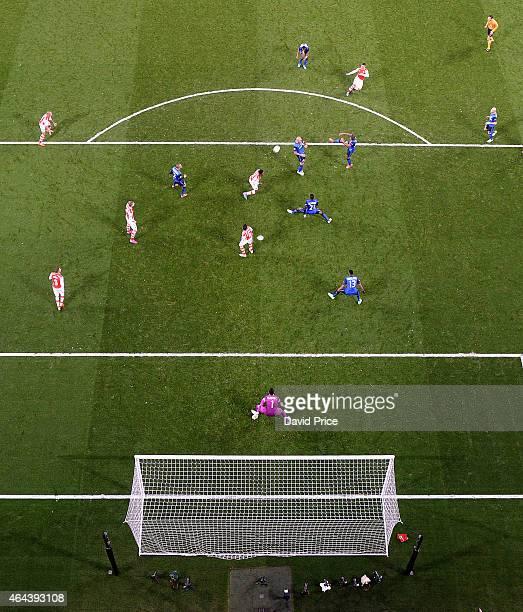 Alex OxladeChamberlain scores Arsenal goal past Danijel Subasic of Monaco during the UEFA Champions League Round of 16 match between Arsenal and...