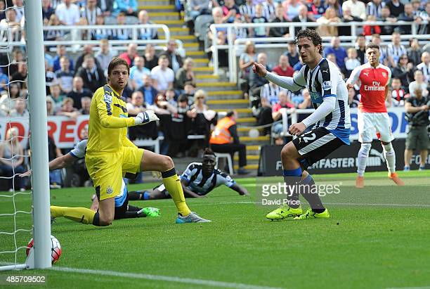 Alex OxladeChamberlain scores Arsenal's goal as Tim Krul and Daryl Janmaat of Newcastle look on during the Barclays Premier League match between...
