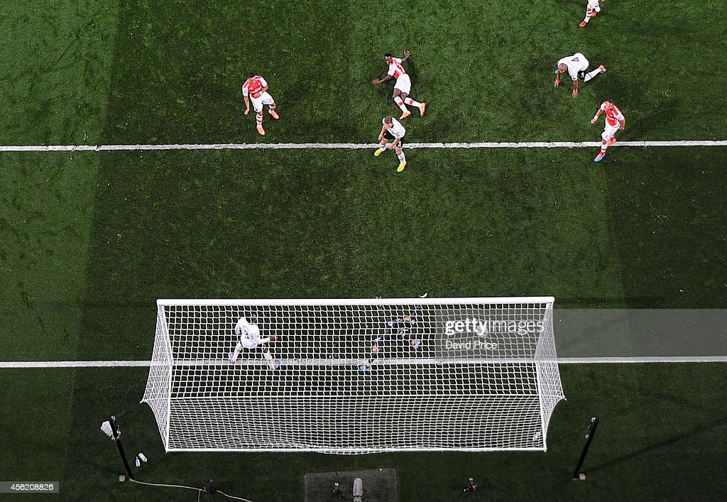 Alex Oxlade-Chamberlain scores Arsenal's goal past Hugo Lloris of Tottenham during the Barclays Premier League match between Arsenal and Tottenham Hotspur at Emirates Stadium on September 27, 2014 in London, England.