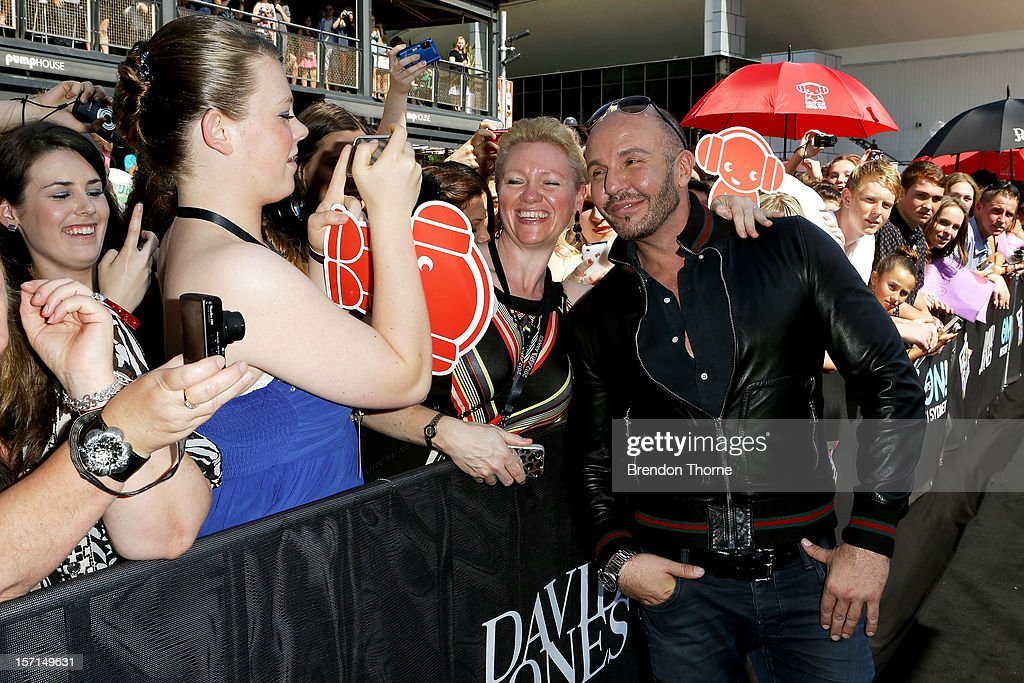 Alex Perry poses with fans on the red carpet at the 26th Annual ARIA Awards 2012 at the Sydney Entertainment Centre on November 29, 2012 in Sydney, Australia.