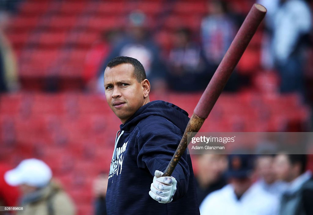<a gi-track='captionPersonalityLinkClicked' href=/galleries/search?phrase=Alex+Rodriguez+-+Jogador+de+beisebol&family=editorial&specificpeople=167080 ng-click='$event.stopPropagation()'>Alex Rodriguez</a> #13 of the New York Yankees warms up during batting practice before the game against the Boston Red Sox at Fenway Park on April 29, 2016 in Boston, Massachusetts.