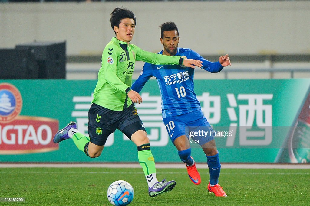 <a gi-track='captionPersonalityLinkClicked' href=/galleries/search?phrase=Alex+Teixeira&family=editorial&specificpeople=6016416 ng-click='$event.stopPropagation()'>Alex Teixeira</a> #10 of Jiangsu Suning and <a gi-track='captionPersonalityLinkClicked' href=/galleries/search?phrase=Kim+Chang-Soo&family=editorial&specificpeople=4023758 ng-click='$event.stopPropagation()'>Kim Chang-Soo</a> #27 of Jeonbuk Hyundai Motors compete for the ball during the AFC Champions League Group E match between Jiangsu Suning and Jeonbuk Hyundai Motors at Olympic Sports Center on March 1, 2016 in Nanjing, China.