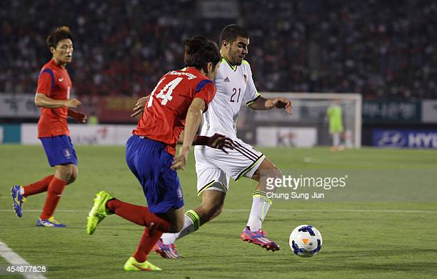 Alexander Gonzalez of Venezuela competes for the ball with Han KookYoung of South Korea during the international friendly match between South Korea...