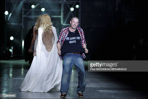 Alexander Mc Queen Ready to wear SpringSummer 2006 Fashion Show In Paris France On October 07 2005The designer Alexander Mc Queen during the final of...