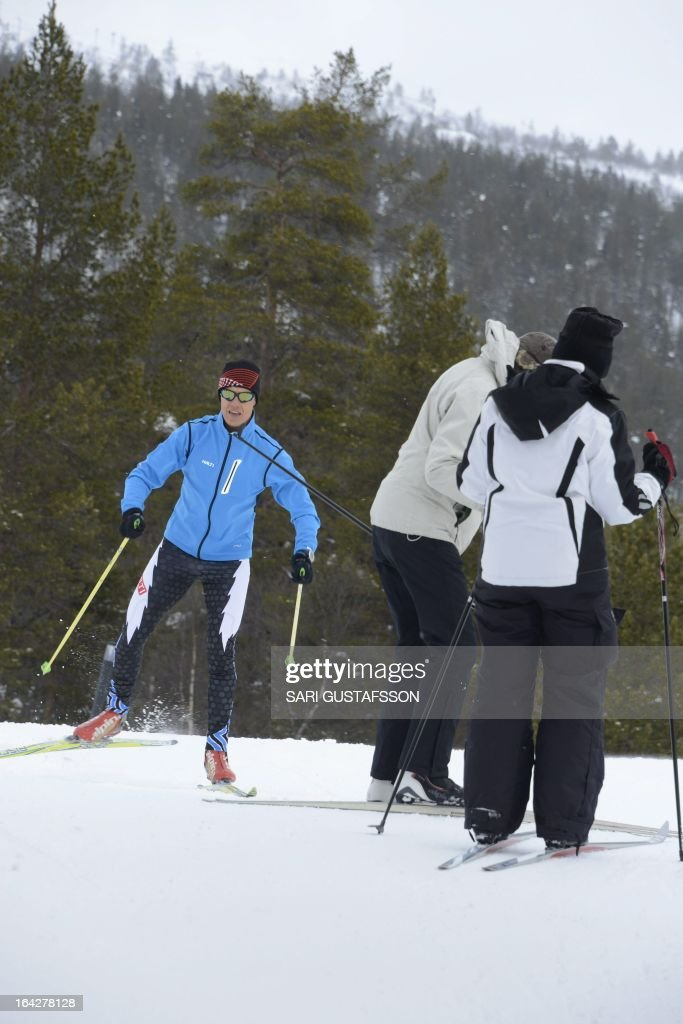 Alexander Stubb (L), Finnish Minister for European Affairs and Foreign Trade, goes cross country skiing prior the retreat meeting on economic issues in Saariselka resort in Inari in Finnish Lapland on March 22, 2013. The Lapland retreat meeting will discuss shifts in the global economy and ways to resolve the economic crisis in Europe. AFP PHOTO / LEHTIKUVA / Sari Gustafsson