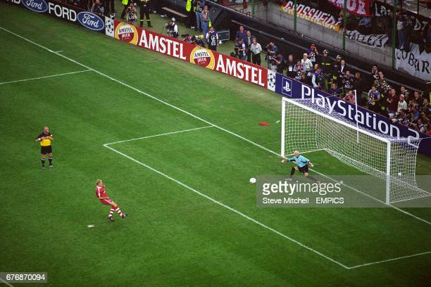Alexander Zickler scores for Bayern Munich during the penalty shootout