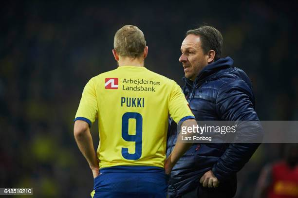 Alexander Zorniger head coach of Brondby IF speaks to Teemu Pukki of Brondby IF during the Danish Alka Superliga match between Brondby IF and FC...