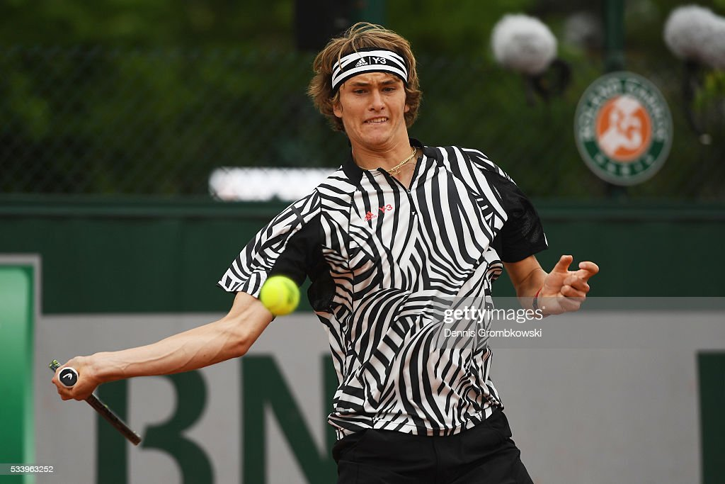 <a gi-track='captionPersonalityLinkClicked' href=/galleries/search?phrase=Alexander+Zverev+-+Jugador+de+tenis&family=editorial&specificpeople=11367343 ng-click='$event.stopPropagation()'>Alexander Zverev</a> of Germany plays a forehand during the Men's Singles first round match against Pierre-Hughes Herbert of France on day three of the 2016 French Open at Roland Garros on May 24, 2016 in Paris, France.