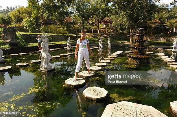 Alexandra Guillaume Urlaub Tirta Gangga Provinz Karangasem Insel Bali Indonesien Asien 'WasserTempel' Statue Promi Promis Prominente PNr 817/2004 HS...