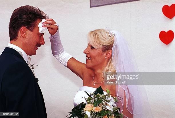 Alexandra Hofmann Ehemann Dietmar Geiger Hochzeit von Alexandra Hofmann Kirche StMartin/Meßkirch/Bayern heiraten Ehefrau Frau Mann Brautstrauß Herz...