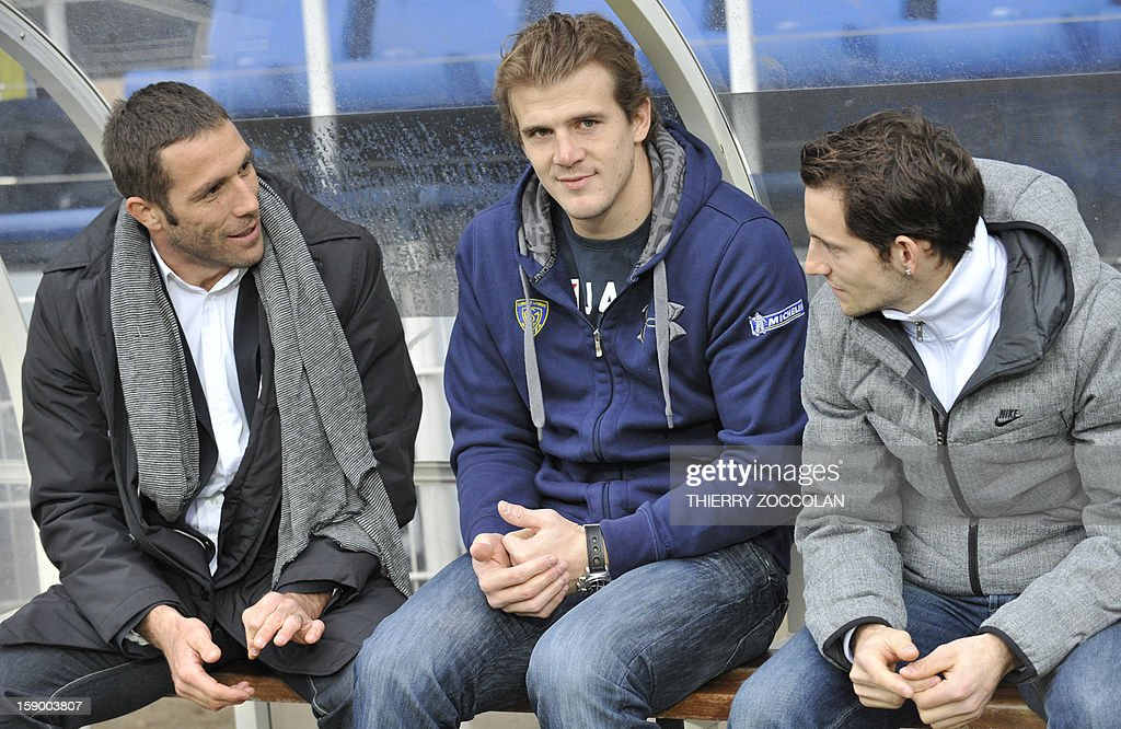 Alexandre Audebert, former ASM Clermont Auvergne player, Aurelien Rougerie, injured Clermont's French winger and Olympic pole vault champion Renaud Lavillenie of France chat before the French Top 14 rugby Union match between ASM Clermont Auvergne vs MHR Montpellier on January 5, 2013 at the Marcel Michelin stadium in Clermont-Ferrand. AFP PHOTO / THIERRY ZOCCOLAN