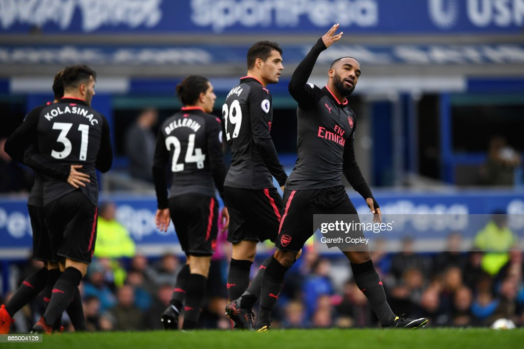 Alexandre Lacazette of Arsenal celebrates scoring his sides third goal with his Arsenal team mates during the Premier League match between Everton and Arsenal at Goodison Park on October 22, 2017 in Liverpool, England.