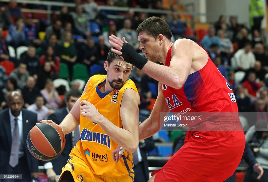 Alexey Shved #1 of Khimki Moscow Region competes with Victor Khryapa #31 of CSKA Moscow in action during the 20152016 Turkish Airlines Euroleague...