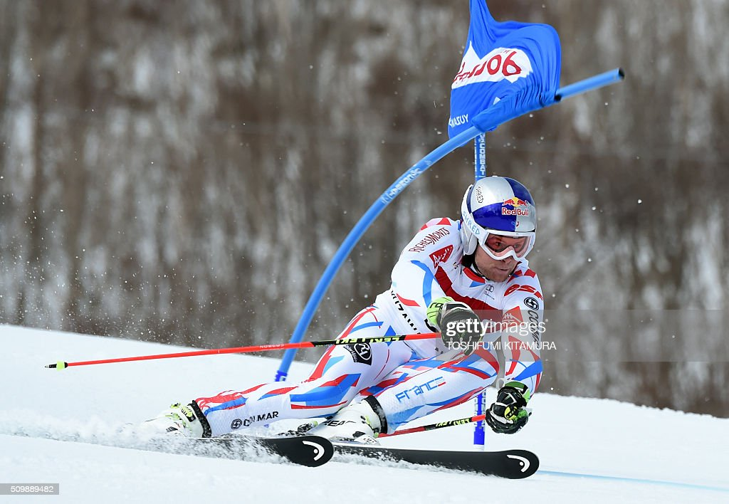 Alexis Pinturault of France skies past a flag during the FIS Ski World Cup 2015/2016 men's giant slalom first run in Naeba, Niigata prefecture on February 13, 2016. AFP PHOTO / TOSHIFUMI KITAMURA / AFP / TOSHIFUMI KITAMURA