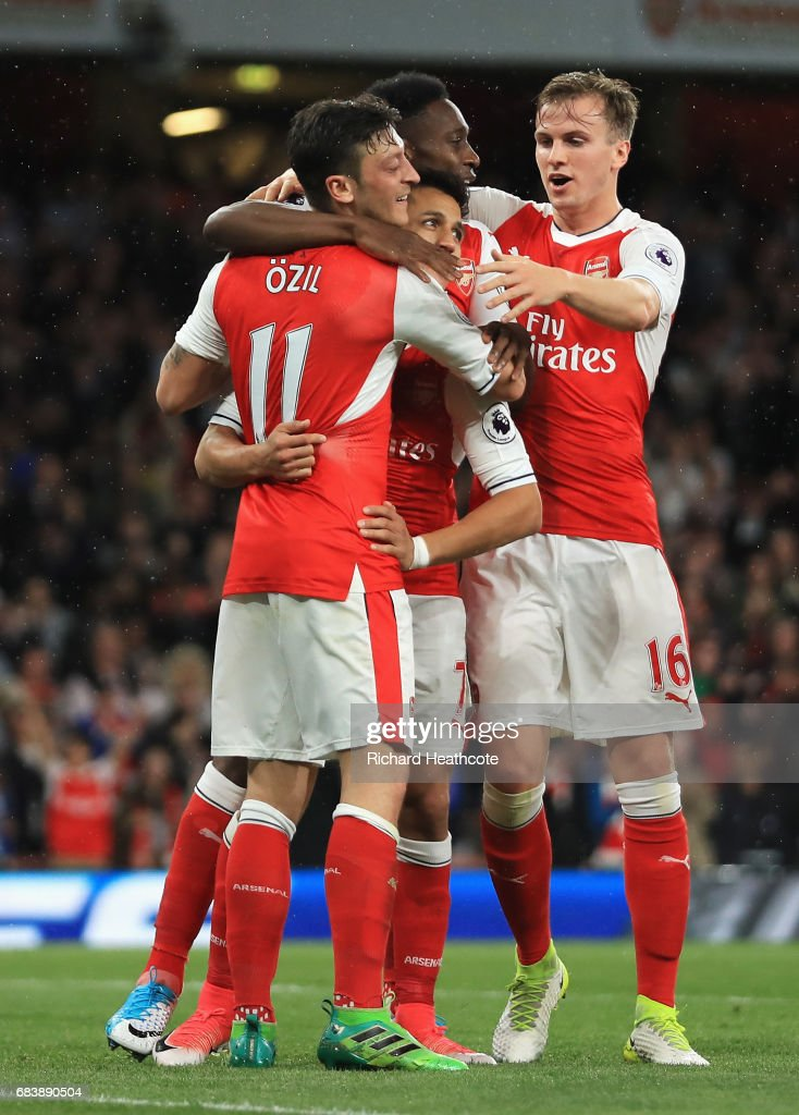 Alexis Sanchez of Arsenal celebrates scoring his sides first goal with his Arsenal team mates during the Premier League match between Arsenal and Sunderland at Emirates Stadium on May 16, 2017 in London, England.