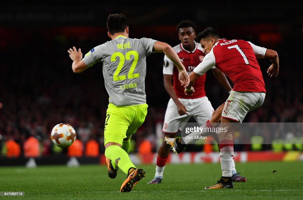 Alexis Sanchez of Arsenal scores the 2nd arsenal goal during the UEFA Europa League group H match between Arsenal FC and 1. FC Koeln at Emirates Stadium on September 14, 2017 in London, United Kingdom.