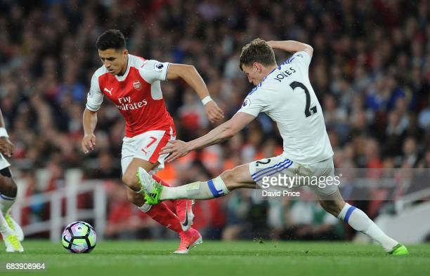 Alexis Sanchez of Arsenal takes on Billy Jones of Sunderland during the Premier League match between Arsenal and Sunderland at Emirates Stadium on...