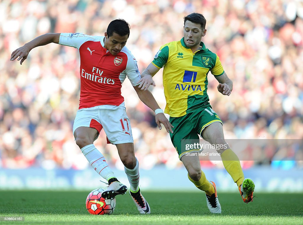 Alexis Sanchez of Arsenal takes on <a gi-track='captionPersonalityLinkClicked' href=/galleries/search?phrase=Robbie+Brady&family=editorial&specificpeople=9028769 ng-click='$event.stopPropagation()'>Robbie Brady</a> of Norwich during the Barclays Premier League match between Arsenal and Norwich City at Emirates Stadium on April 30, 2016 in London, England.
