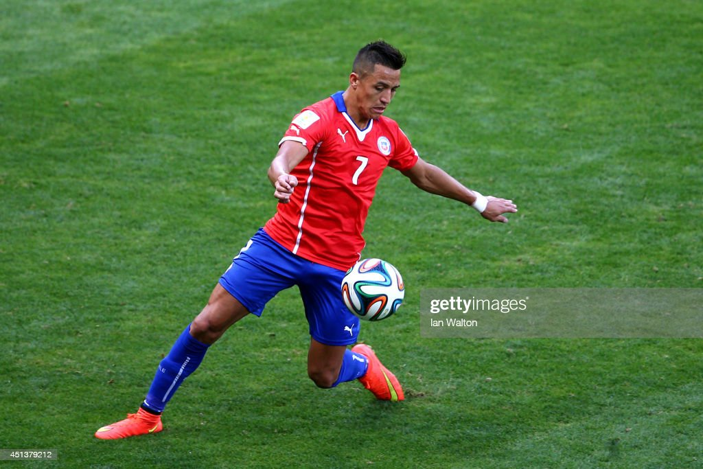 Alexis Sanchez of Chile controls the ball during the 2014 FIFA World Cup Brazil round of 16 match between Brazil and Chile at Estadio Mineirao on...