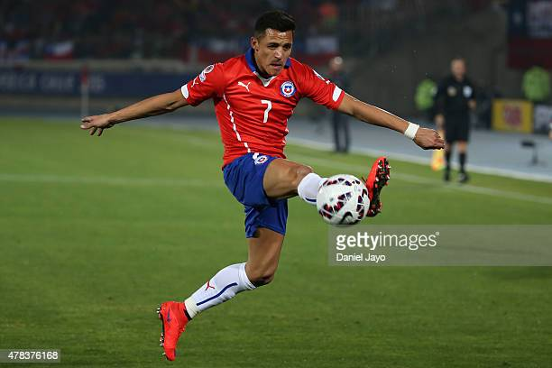 Alexis Sanchez of Chile controls the ball during the 2015 Copa America Chile quarter final match between Chile and Uruguay at Nacional Stadium on...