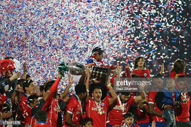 Alexis Sanchez of Chile lifts the trophy after the 2015 Copa America Chile Final match between Chile and Argentina at Nacional Stadium on July 04...
