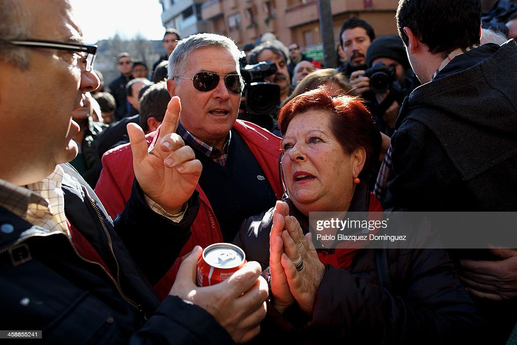 Alfonso (L) celebrates with friends after he received a top prize ticket number in Spain's Christmas lottery, 'El Gordo' (Fat One) on December 22, 2013 in Leganes, near Madrid, Spain. This year's winning number is 62246, with a total of 4 million euros for the top prize to be shared between ten ticket holders. The total prize fund is worth 2.5bn.