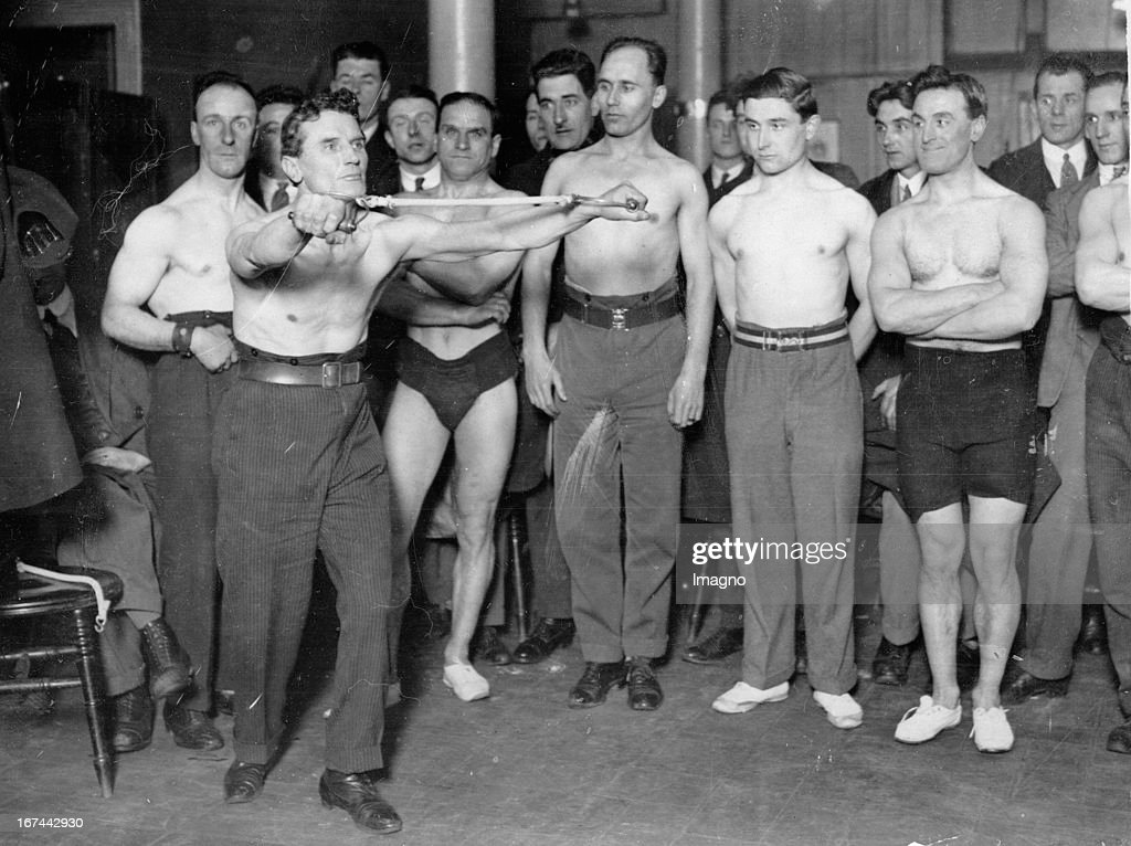 the retiring champion in chest expansion at the chest expanding championship in London. Mack´s Restaurant/Paternoster Row. About 1935. Photograph. (Photo by Imagno/Getty Images) Alfred Banks: Der scheidende Expander-Meister bei den Expander-Meisterschaften in London. Mack´s Restaurant/Paternoster Row. Um 1935. Photographie. .
