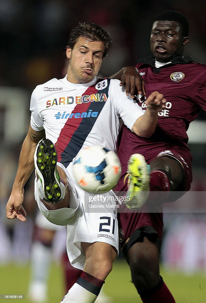 Alfred Duncan (R) of As Livorno Calcio battles for the ball with <a gi-track='captionPersonalityLinkClicked' href=/galleries/search?phrase=Daniele+Dessena&family=editorial&specificpeople=728068 ng-click='$event.stopPropagation()'>Daniele Dessena</a> of Cagliari Calcio during the Serie A match between AS Livorno and Cagliari Calcio at Stadio Armando Picchi on September 25, 2013 in Livorno, Italy.