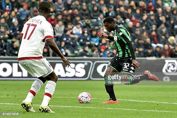 Alfred Duncan of US Sassuolo Calcio scores the opening goal during the Serie A match between US Sassuolo Calcio and AC Milan at Mapei Stadium Città...