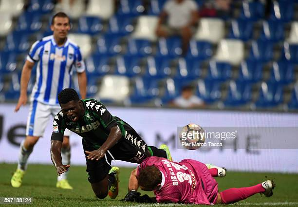Alfred Duncan of US Sassuolo competes for the ball with Albano Bizzarri of Pescara Calcioduring the Serie A match between US Sassuolo and Pescara...