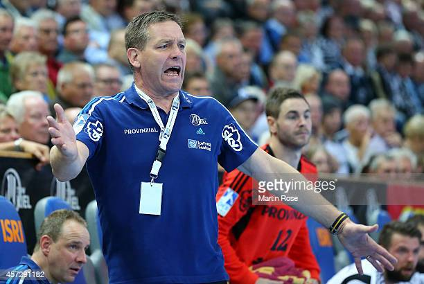 Alfred Gislason headcoach of Kiel reacts during the DKB HBL Bundesliga match between THW Kiel and TuS NLuebbecke at Sparkassen Arena on October 15...