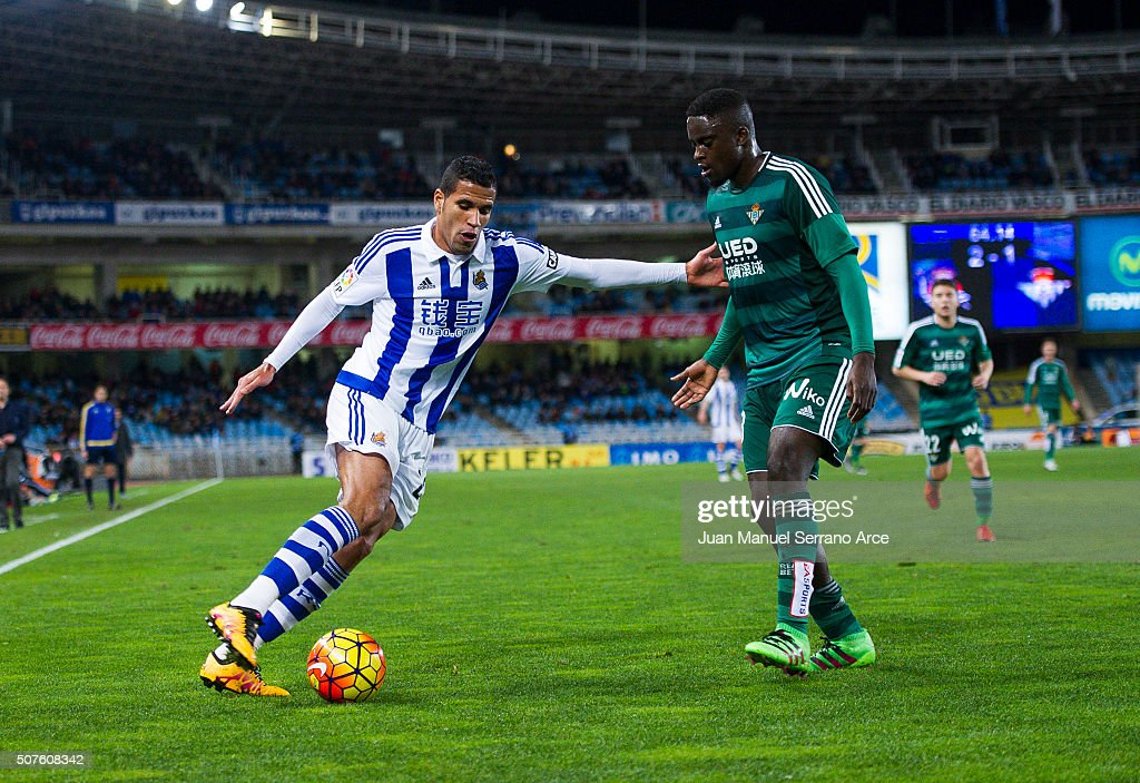 <a gi-track='captionPersonalityLinkClicked' href=/galleries/search?phrase=Alfred+N%27Diaye&family=editorial&specificpeople=5553791 ng-click='$event.stopPropagation()'>Alfred N'Diaye</a> of Real Betis Balompie duels for the ball with Jonathas Cristian de Jesus of Real Sociedad during the La Liga match between Real Sociedad de Futbol and Real Betis Balompie at Estadio Anoeta on January 30, 2016 in San Sebastian, Spain.
