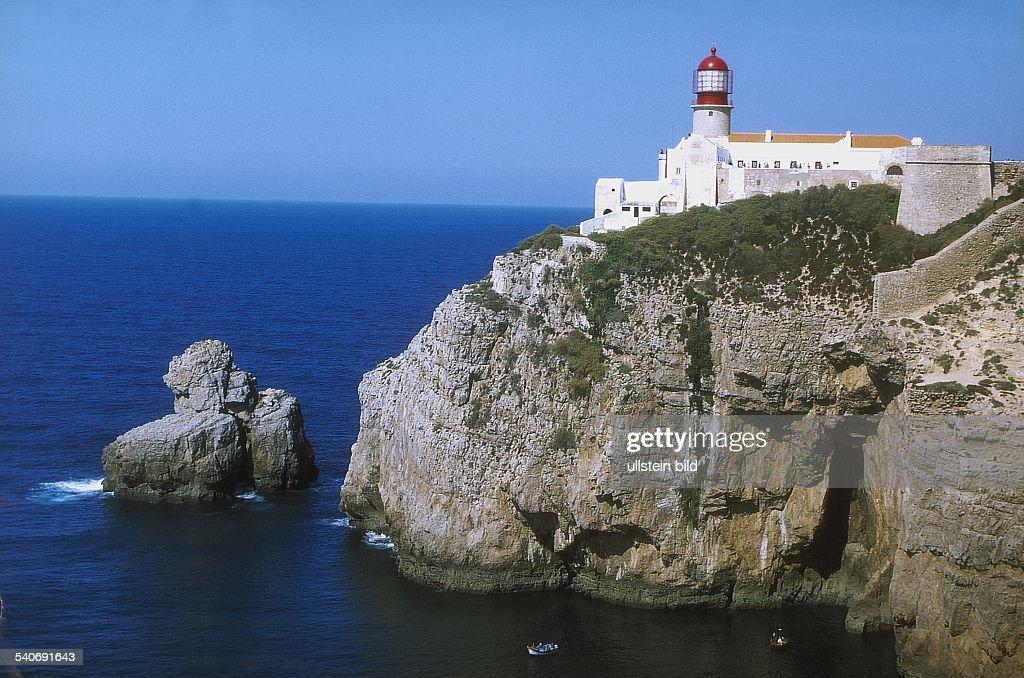 Algarveküste bei Sagres Auf den bis zu 60 Meter Höhe aufragenden Felsen des Cabo de Sao Vicente steht der lichtstärkste Leuchtturm des Kontinents der...
