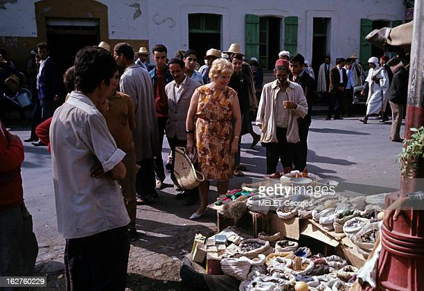 Algeria Algérie 1967 Après l'indépendance et la naissance de la République algérienne à Dra ElMizan une Française Mme CHAINTREUIL au marché