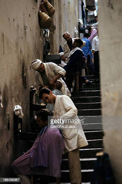 Algiers En novembre 1970 des barbiers au travail dans une ruelle en escalier d'Alger