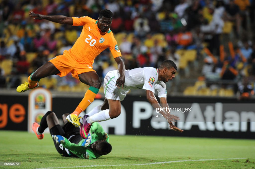 Algeria forward Hilal Soudani (C) vies with Ivory Coast defender Igor Lolo and Ivory Coast goalkeeper Daniel Yeboah during a 2013 African Cup of Nations Group D match in Rustenburg on January 30, 2013 at Royal Bafokeng Stadium.