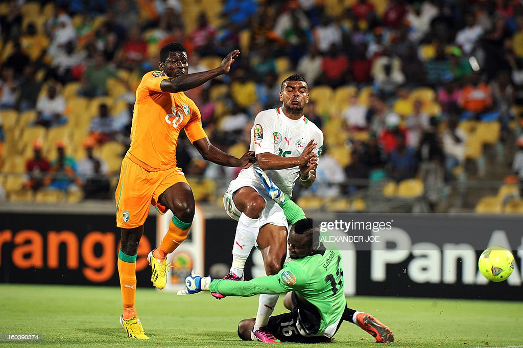 Algeria's forward Islam Slimani (C) vies with Ivory Coast goalkeeper Daniel Yeboah (R) during a 2013 African Cup of Nations Group D football match in Rustenburg on January 30, 2013 at the Royal Bafokeng stadium.