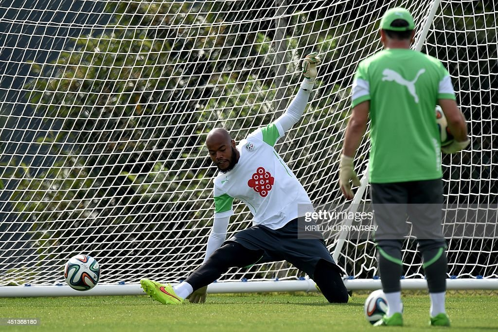 Algeria's goalkeeper Rais Mbohli (L) takes part in a training session on June 28, 2014 in Sorocaba during the 2014 FIFA World Cup football tournament.