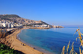 Algiers, Algeria: Rmila / Nelson beach in Bab El Oued, with Notre Dame d'Afrique cathedral and Z'ghara and Bologhine quarters in the background - Algiers bay - golden sand by the Mediterranean sea - p