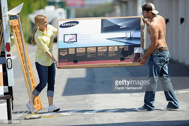 Ali Fedotowsky and Roberto Martinez pack up a UHaul truck on August 7 2010 in San Francisco California