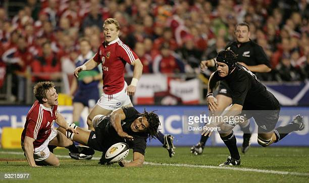 Ali Williams pounces on the loose ball to score a try as Rodney So'oialo and Dwayne Peel run in during the third test match between The New Zealand...