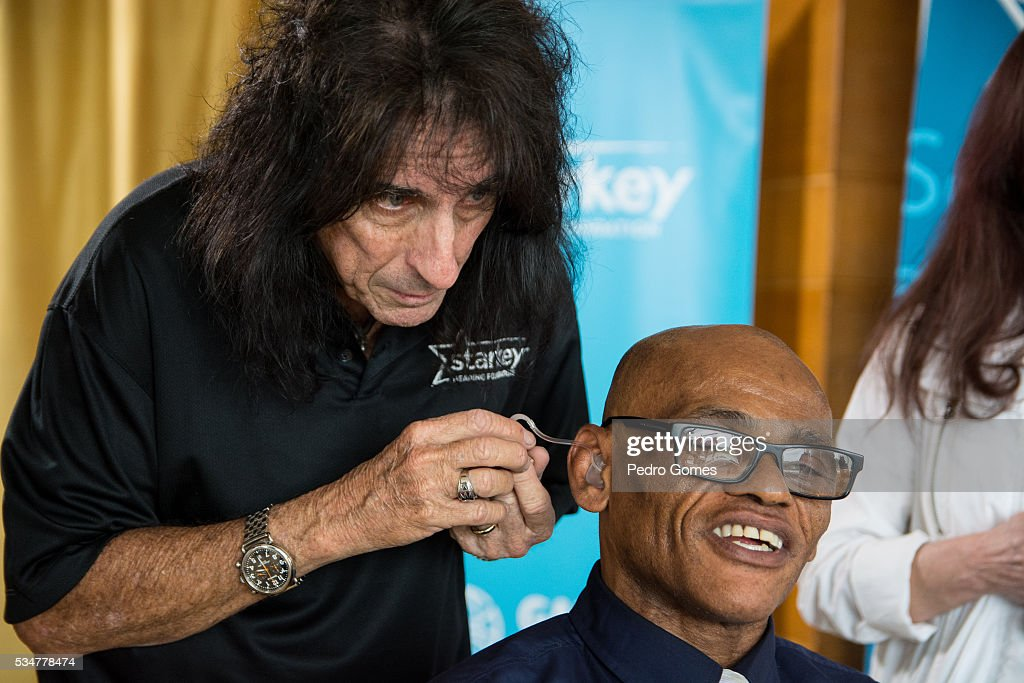 <a gi-track='captionPersonalityLinkClicked' href=/galleries/search?phrase=Alice+Cooper&family=editorial&specificpeople=202989 ng-click='$event.stopPropagation()'>Alice Cooper</a> helps a patient of the Starkey Hearing Foundation at Four Season Hotel Ritz Lisbon on May 27, 2016 in Lisbon, Portugal.