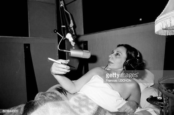 Alice Sapritch se lance dans la chanson en enregistrant un disque couchée dans un lit pour respecter le vieux proverbe 'Pourquoi rester debout quand...