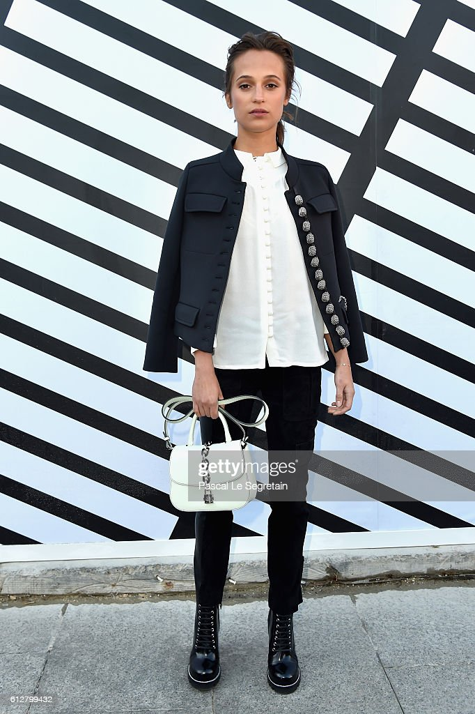alicia-vikander-attends-the-louis-vuitton-show-as-part-of-the-paris-picture-id612799432