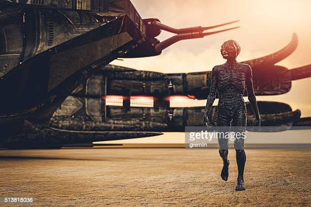 エイリアン、宇宙船、徒歩での砂漠